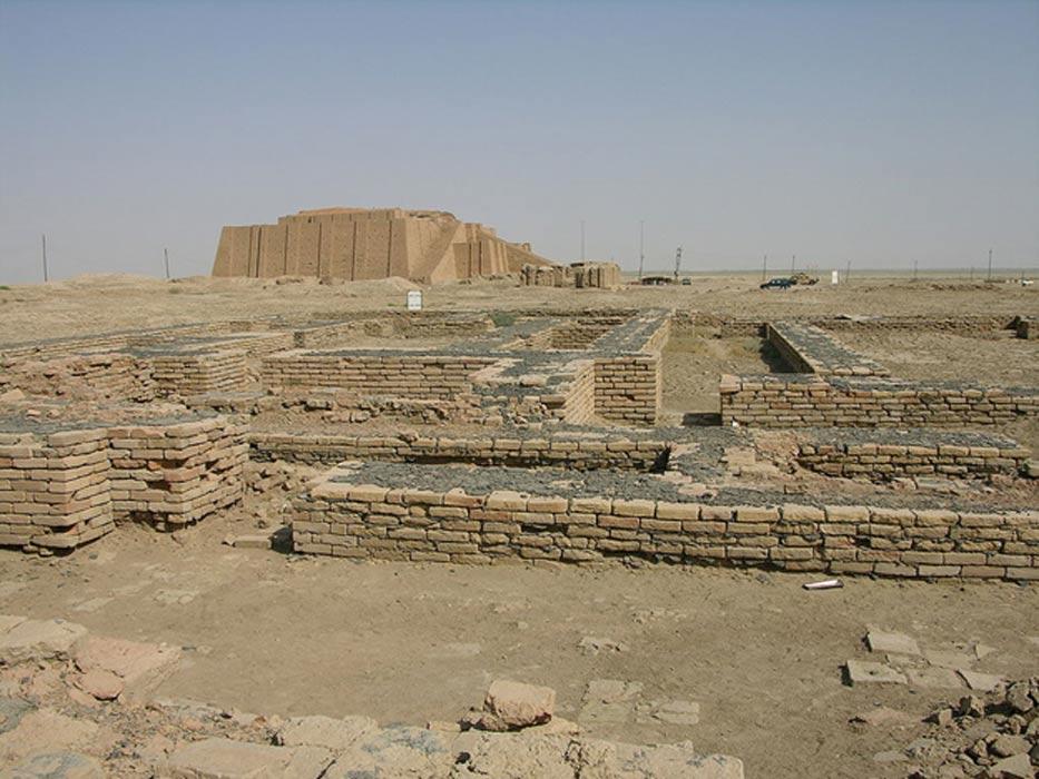 La moderna reconstrucción del Ziggurat de Ur (al fondo) emerge tras las ruinas del Giparu, el complejo de templos en el que residió Enheduanna. (CC BY-SA 2.0)