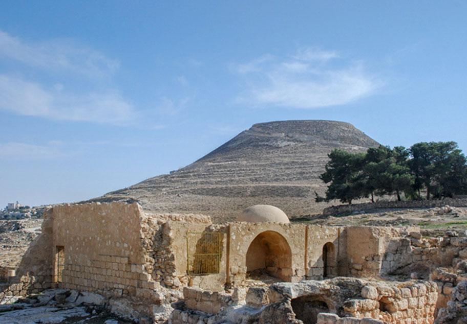Las ruinas del Herodión o Herodium, la fortaleza del rey Herodes donde fue descubierto el anillo. (vadiml/Adobe)