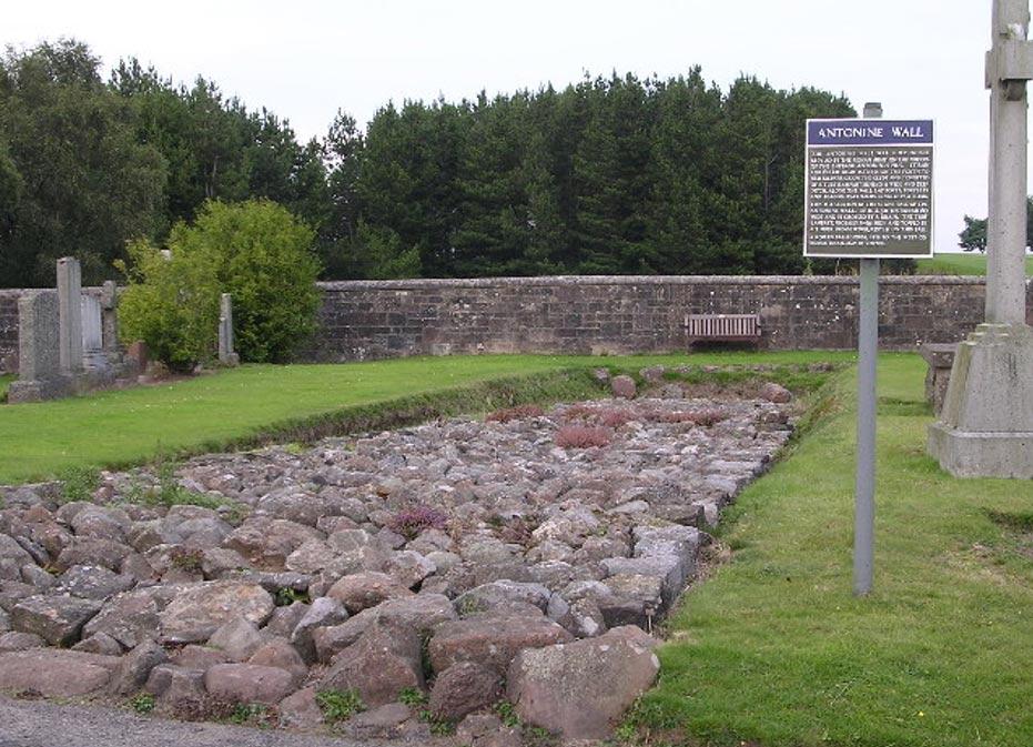 Ruinas del Muro de Antonino en el cementerio de Bearsden (Escocia). (Chris Upson/CC BY SA 2.0)