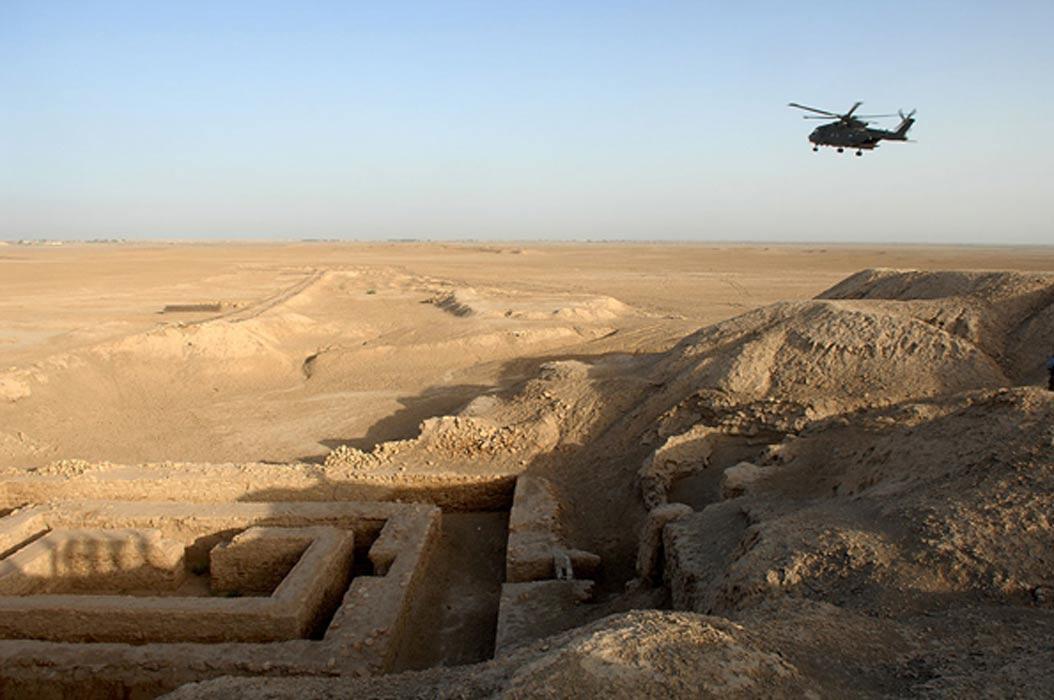 Ruinas de Uruk en Mesopotamia; al igual que en Egipto, los pueblos de la antigua Mesopotamia construían sus monumentos en piedra y pagaban a sus obreros en cerveza. (Wikimedia)