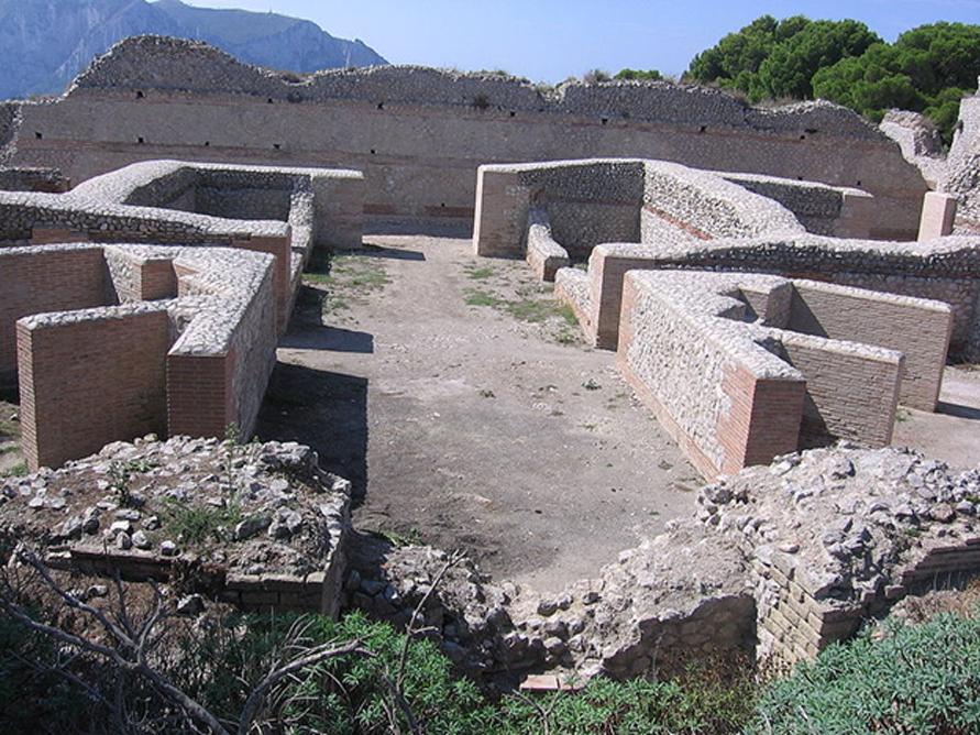 Ruinas de Villa Jovis en la isla de Capri, donde Tiberio pasó gran parte de sus últimos años, dejando el control del Imperio en manos del prefecto Lucio Elio Sejano. (Thomas Möllmann/CC BY SA 3.0)