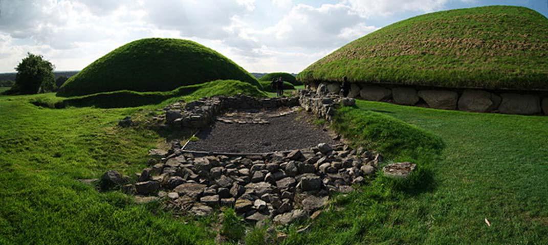 Cimientos de una estructura (¿cristiana?) muy posterior a la construcción del Cementerio de tumbas de corredor de Knowth. El túmulo principal se puede ver a la derecha, con una tumba satélite a la izquierda. (Rob Hurson/CC BY SA 4.0)