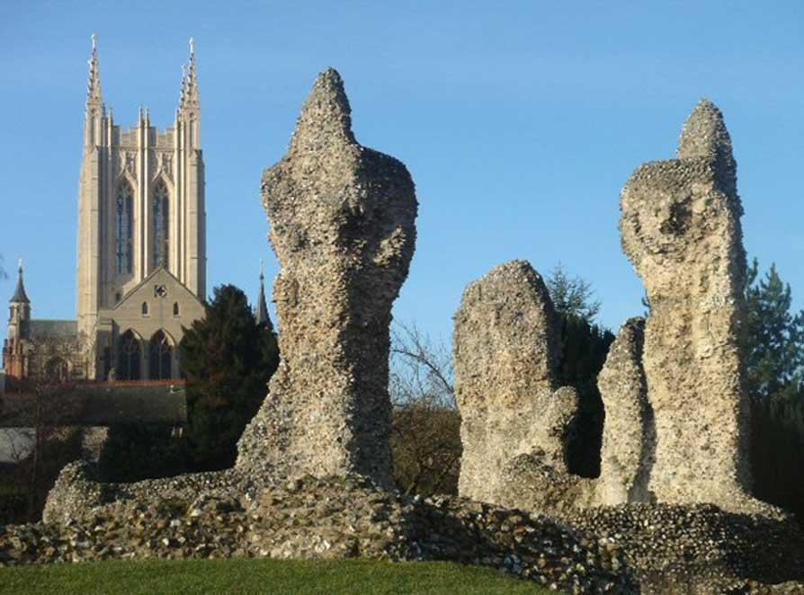 Las ruinas del monasterio de San Edmundo con la catedral, construida posteriormente, al fondo. (Creative Commons/Bob Jones photo)