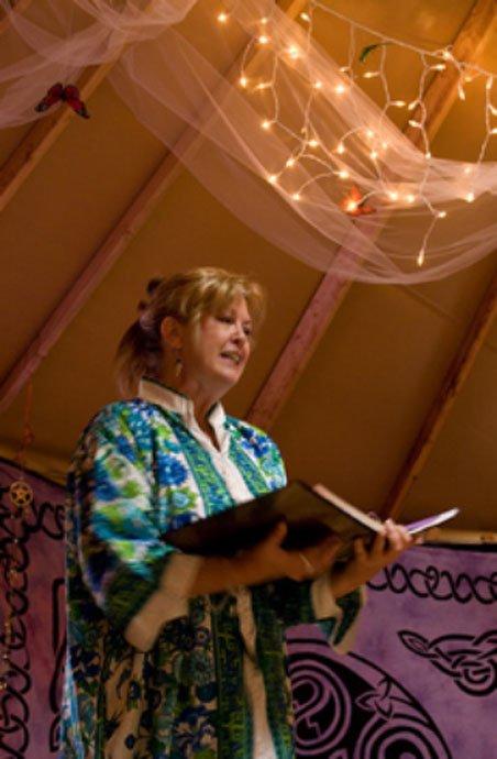 Sacerdotisa wiccana predicando en un templo. (CC BY 2.0) El paganismo moderno concede una gran importancia a la igualdad de los sexos.