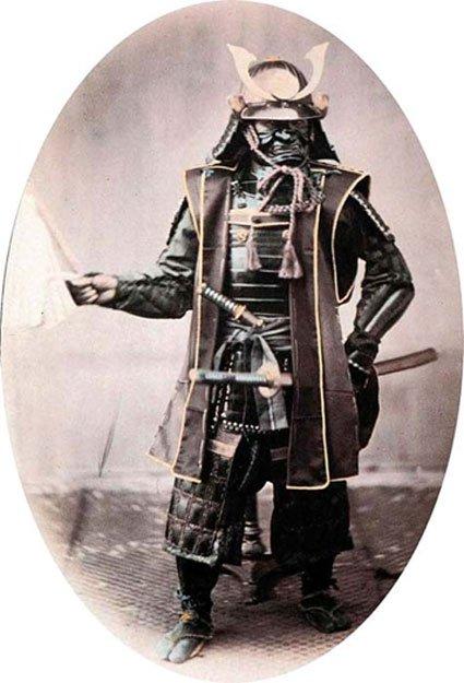 Fotografía de un guerrero samurái completamente equipado con armas y armadura, 1860 (Dominio público)