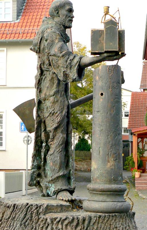Estatua de San Bonifacio en Fritzlar, Alemania, que representa al santo portando un hacha tras talar el roble de Thor.(Public Domain)