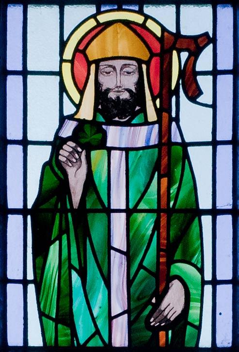 San Patricio con un trébol en la mano. Detalle de vidriera de la Iglesia de St. Benin, Wicklow, Irlanda. (CC BY-SA 3.0 de)