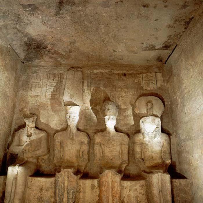 Templo de Abu Simbel: el Sancta Sanctórum con sus cuatro colosales estatuas (CC by SA 3.0)