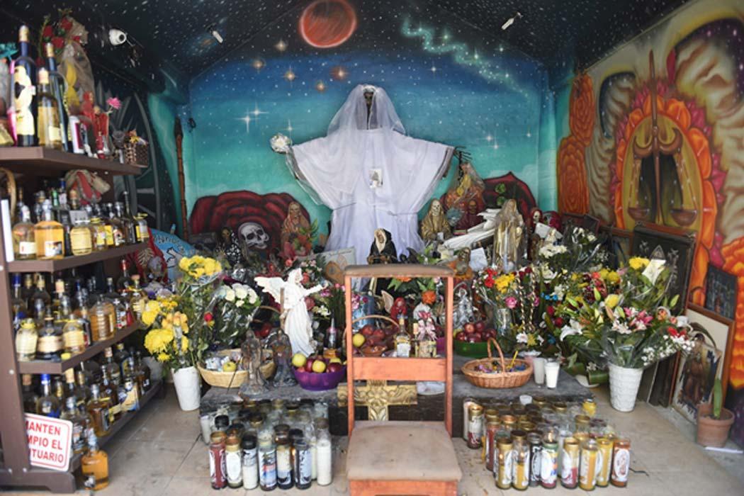Santuario de la Santa Muerte (©Toni François). Se encienden velas de diferentes colores para peticiones o propósitos específicos. Las velas marrones son para la sabiduría, las blancas por gratitud, una vela negra para pedir protección y venganza, etc.