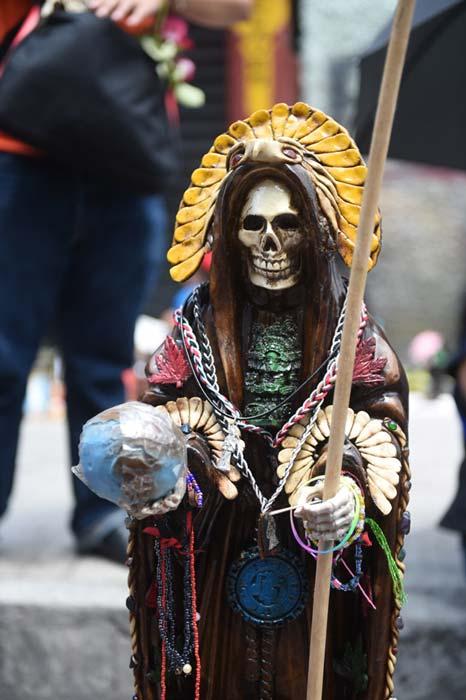 La Santa Muerte es habitualmente representada como una santa esquelética vestida de novia o con un atuendo religioso. (©Toni François)
