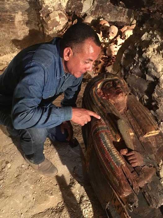 Un arqueólogo egipcio mira uno de los sarcófagos recientemente descubiertos en la necrópolis de Draa Abul Naga (Ministerio de Antigüedades egipcio)