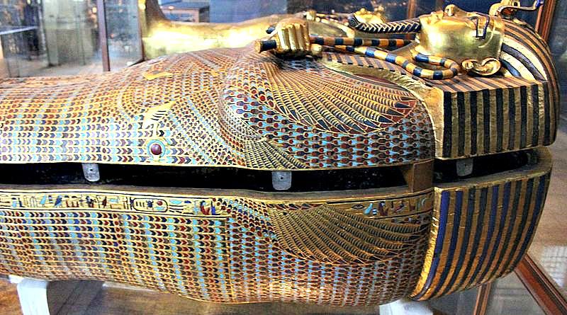 Plano lateral del famoso sarcófago de oro del no menos célebre Tutankamón. Museo Egipcio del Cairo, Egipto. (لا روسا/ CC BY-SA 4.0)