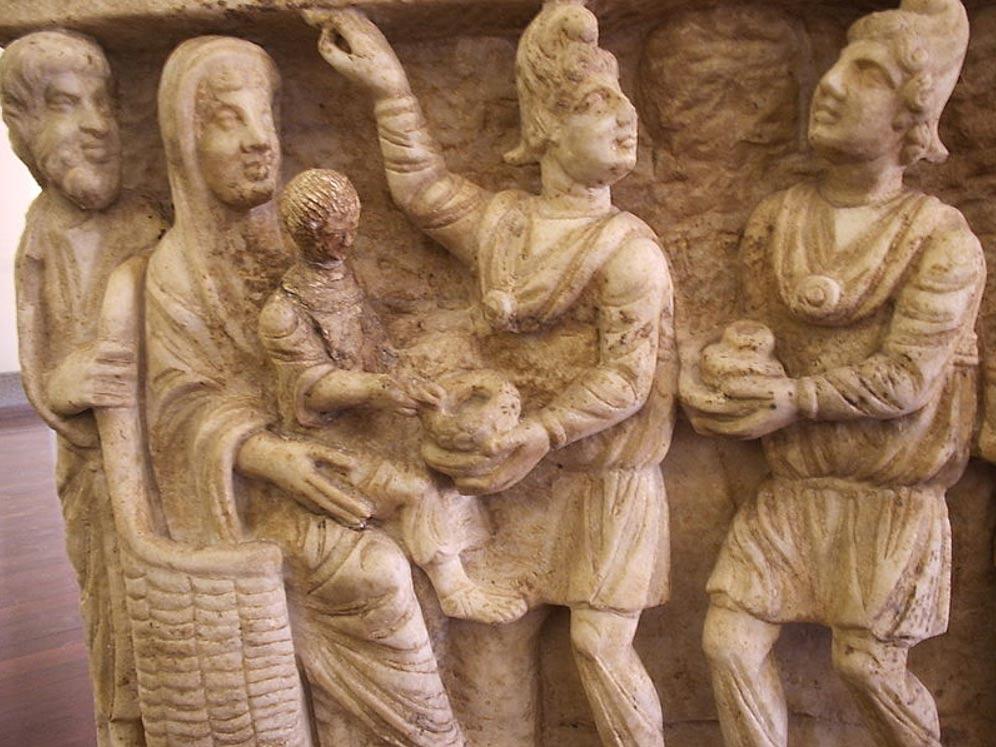Sarcófago del siglo III d. C. en el que aparecen dos magos con gorros frigios ofreciendo presentes al Niño Jesús. Museos Vaticanos, Roma, Italia. (Wikimedia Commons)