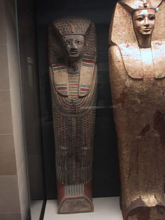 Ataúd de estilo rishi de la Dinastía XVII expuesto en el Museo del Louvre. (CC BY-SA 1.0)