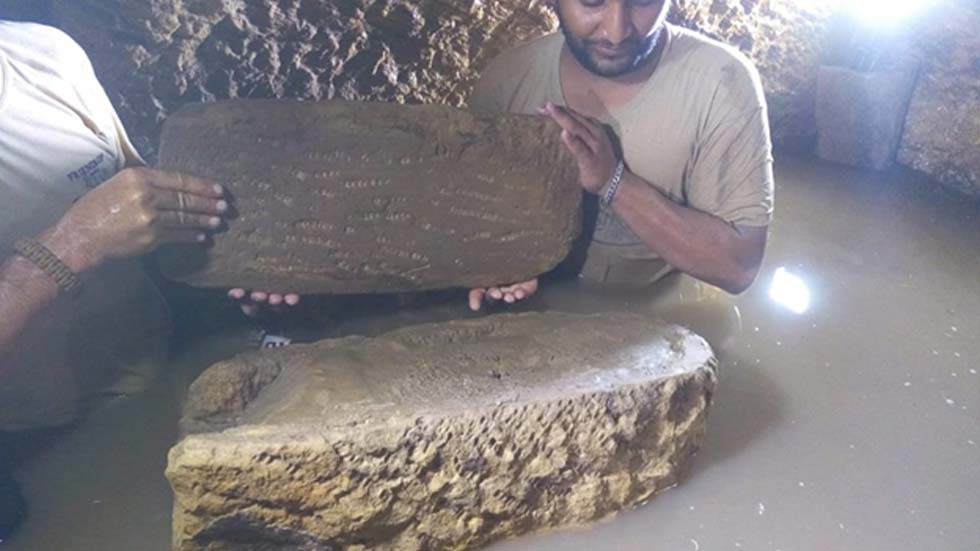 El sarcófago de un niño, lleno de limo, es recuperado de la antigua fosa común inundada descubierta en Egipto. (Ministerio de Antigüedades egipcio)