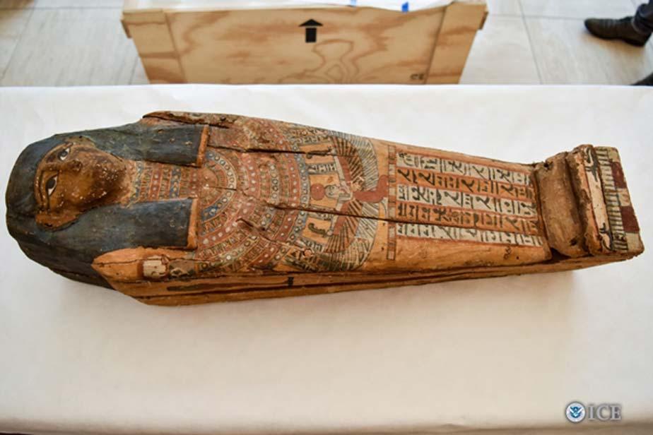El sarcófago para un niño devuelto recientemente a Egipto. (Fotografía: John Denmark / Servicio de Inmigración y Control de Aduanas de Estados Unidos)