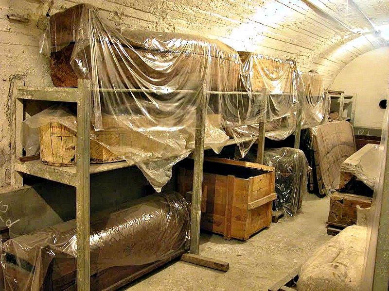 Algunos de los muchos sarcófagos y ataúdes depositados en los almacenes del Museo de Antigüedades Egipcias de El Cairo. (Fotografía: El Mundo/Ministerio de Antigüedades de Egipto)