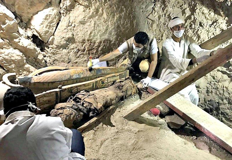 """Imagen del """"almacén"""" localizado al final de la cámara interior con sarcófagos ornamentados con colores y en buen estado de conservación. Los sarcófagos contienen momias de la dinastía XXI envueltas en lino. (Fotografía: ABC)"""