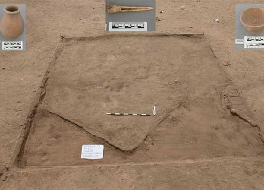 Sección de la antigua ciudad recientemente descubierta con algunas de las piezas arqueológicas halladas en su interior. (Ministerio de Antigüedades de Egipto)