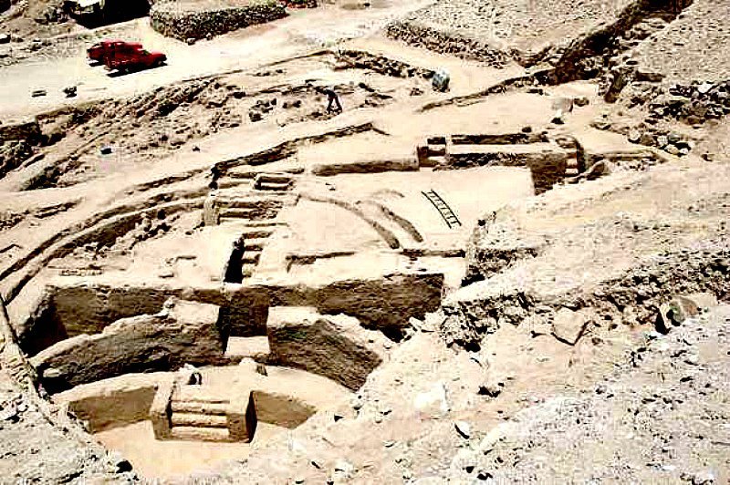 El conjunto arquitectónico de Sechín Bajo, construido en Perú alrededor del año 3500 a. C. (Fotografía:Hipertextual)
