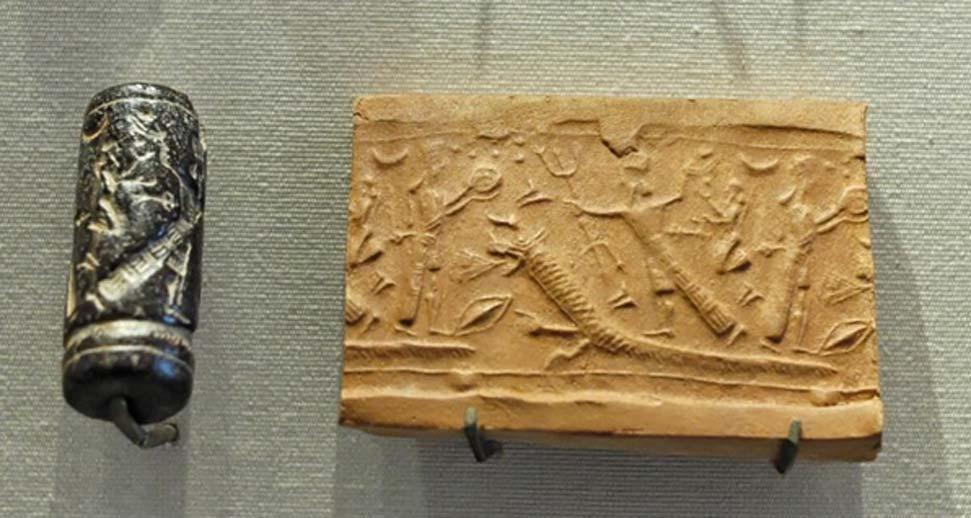 Este sello cilíndrico se hacía girar sobre arcilla húmeda para plasmar sobre ella una escena mitológica: en este caso, una diosa observa cómo Assur, personaje mitológico del que tomaron su nombre los asirios, ataca a un monstruo. (Public Domain)