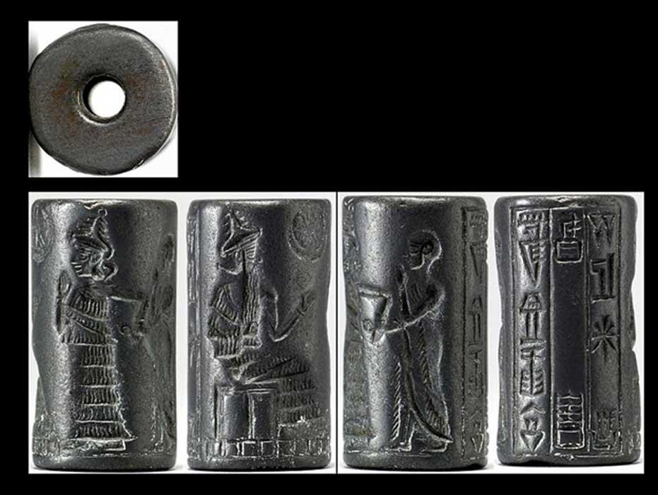 """Sello cilíndrico de hematita neosumerio (2150 a. C. – 2000 a. C.) en el que se observa la presentación de un devoto a una deidad sentada. Una diosa ataviada con un vestido escalonado guía al fiel intercediendo por él y alza su mano abierta en un gesto piadoso. La inscripción de tres líneas da testimonio del nombre y la ocupación del propietario del sello: """"Lugal-dugedu, escriba, hijo de Ur-dingira."""" (Walters Art Museum)"""