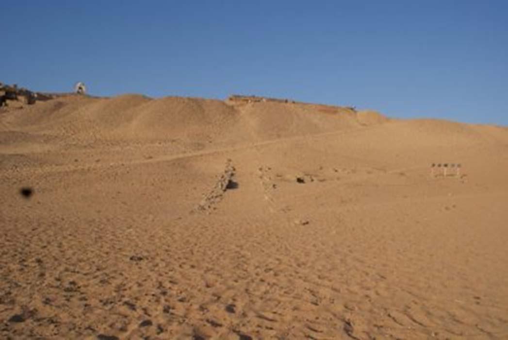El lugar antes de ser desenterrado el antiguo muro. Un sendero arenoso transitado durante años por turistas cubría la estructura. (Ministerio de Antigüedades de Egipto)