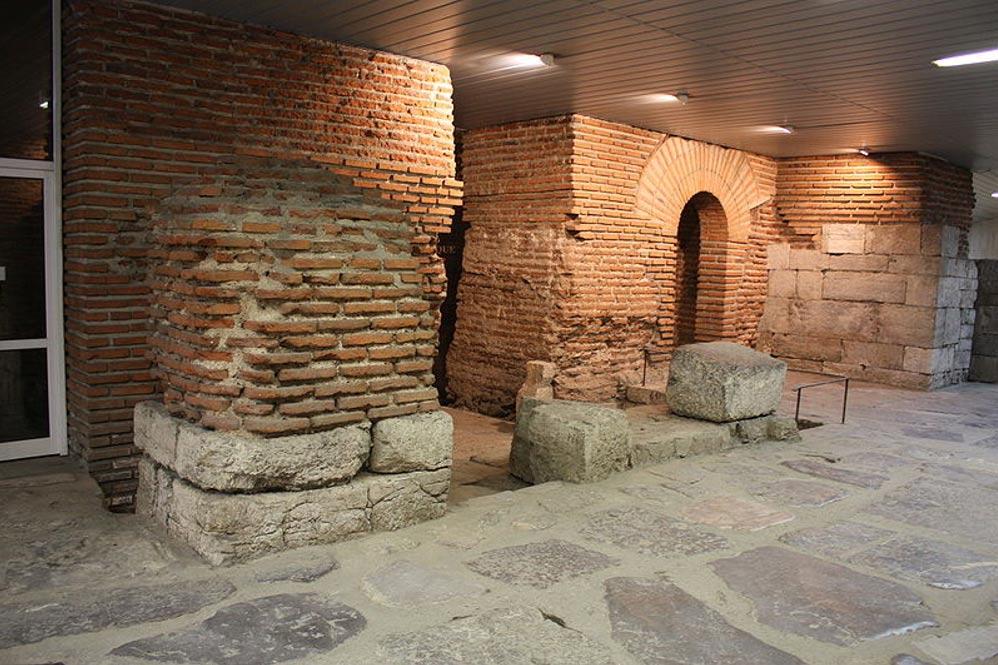 Parte de las fortificaciones de Serdica junto a algunas construcciones modernas (Foto: Apostoloff/Wikimedia Commons)