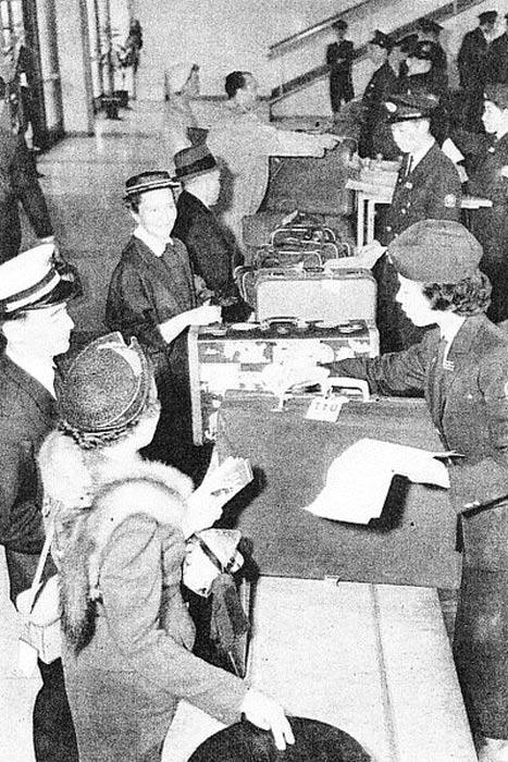 Servicio de facturación de equipaje en el Aeropuerto de Haneda, años 50. (Public Domain)