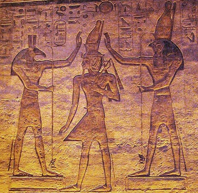 Seth y Horus bendicen a Ramsés. (Public Domain) El reciente estudio demuestra que la luna podría haber estado representada por Seth y la estrella variable Algol por Horus en el Calendario de El Cairo.
