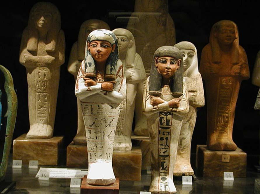 Antiguos shabtis egipcios expuestos en el Museo del Louvre, París. (CC BY-SA 2.5)