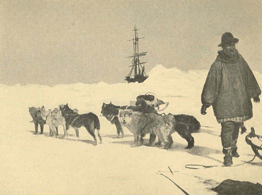 Siberiano con sus perros de tiro y su trineo viajando a través del hielo cerca del cabo Dezhnev, Siberia, en dirección a un barco (1926) (Freshwater and Marine Image Bank)