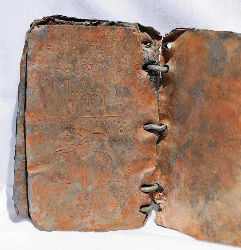 Símbolos grabados sobre uno de los códices de plomo. (© David Elkington)