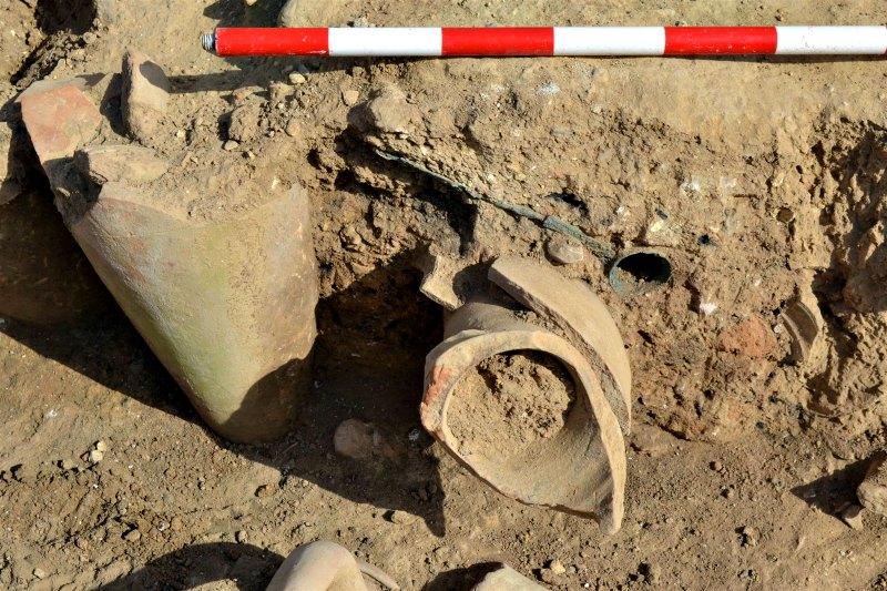 """Excavación del """"simpulum"""" o cucharón con que se extraía el vino, que puede observarse en la parte superior de la imagen. (Fotografía: National Geographic/Museo de Arqueología de Cataluña)"""