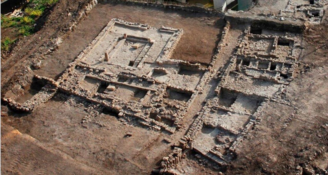 Vista aérea de la sinagoga hallada en las excavaciones llevadas a cabo por la Autoridad de Antigüedades de Israel en Migdal. El yacimiento está abierto al público y se puede visitar. (Skyview Company, cortesía de la Autoridad de Antigüedades de Israel)