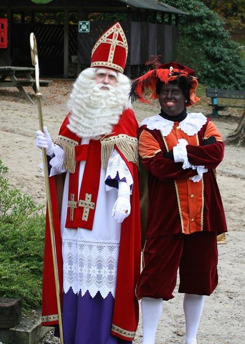 Sinterklaas (San Nicolás) y Zwarte Piet (Pedro el Negro) (CC BY 3.0)