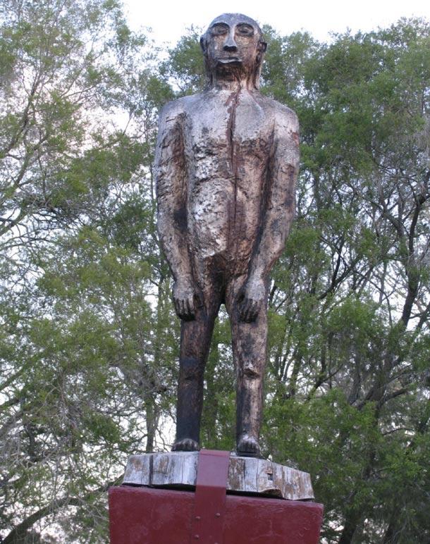Estatua de un Yowie en Kilcoy, Queensland, Australia (Wikimedia Commons)
