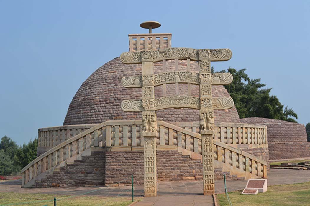 Stupa budista de la India. Se han encontrado recientemente stupas de mucho menor tamaño en la isla indonesia de Java. (Wikimedia Commons photo/Nandanupadhyay)