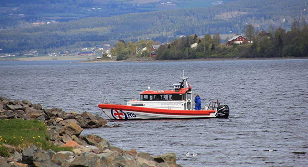 Submarinistas noruegos extraen la espada del lago. CC0 / Øyvind Holmstad / Redningsskøyta på Mjøsa