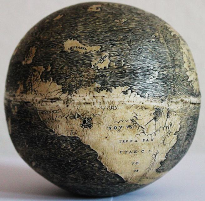"""Sudamérica (""""Terrae Sancta Crucis"""") en el curioso mapamundi grabado sobre huevo de avestruz. En la imagen se pueden observar además las islas de La Española (""""Spagnolla"""") y Cuba (""""Isabel""""). Fotografía: Washington Map Society."""