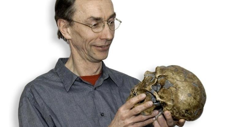 El profesor Svante Pääbo con la reconstrucción de un cráneo Neandertal (Instituto Max Planck/EVA)