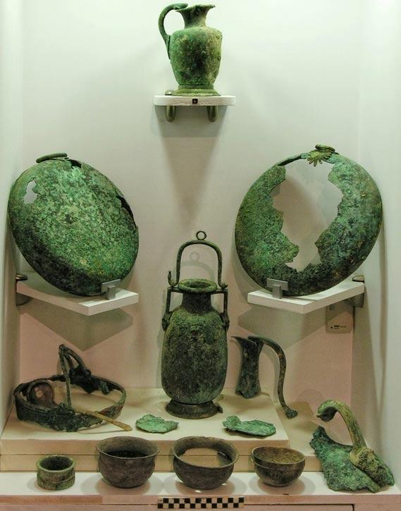 Vasijas y otros recipientes de bronce, plata, y aleaciones de oro y plata, hallados en el mausoleo de hace 2.400 años descubierto en Solos, al norte de Chipre. (Kadir Kaba)
