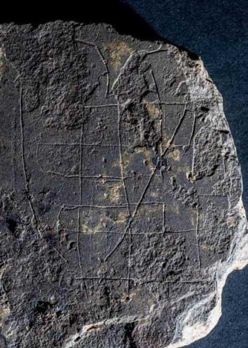 """Detalle del tablero de piedra del juego de mesa vikingo, que ha sido descrito como """"un hallazgo muy singular"""". (Michael Sharpe/ The Book of Deer Project)"""