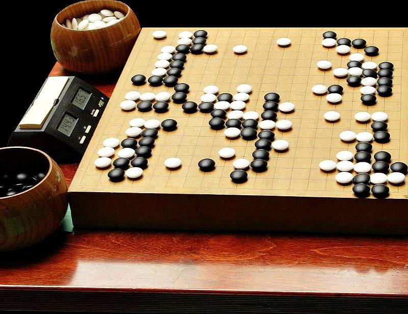El Go se practica sobre un tablero marcado con líneas negras (usualmente de 19 × 19). Las fichas se llaman piedras y son blancas y negras. (Public Domain)