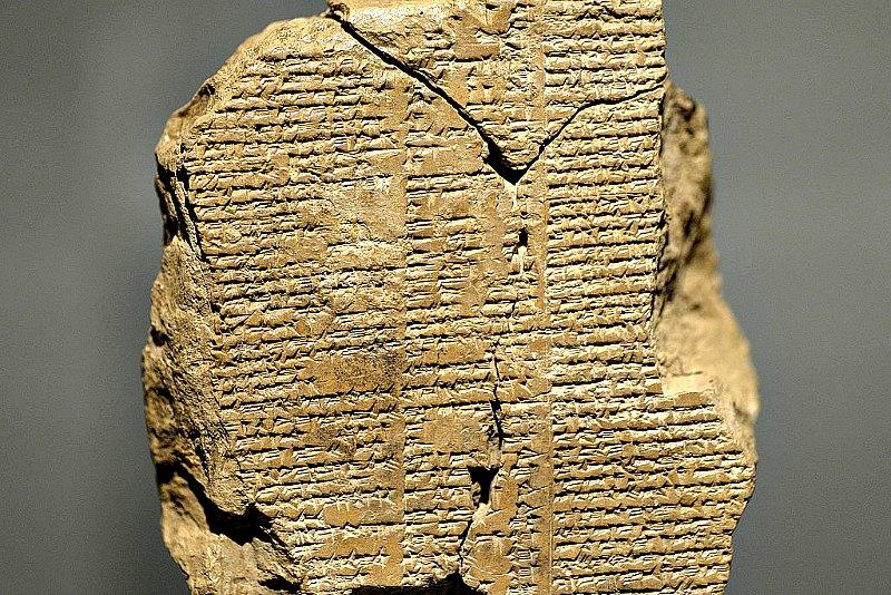 Fragmento de la tablilla 5 de la Epopeya de Gilgamesh, en la que se narra cómo Gilgamesh y Enkidu se adentran en el Bosque de los Cedros y dan muerte a Humbaba y a sus siete hijos. Período babilónico antiguo, 2003 a. C. – 1595 a. C. Museo de Sulaymaniya, Kurdistán iraquí. (Osama Shukir Muhammed Amin FRCP(Glasg)/CC BY-SA 4.0)