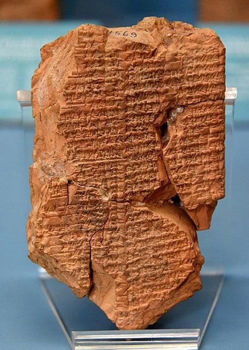 """Tablilla de terracota """"Inanna prefiere al agricultor"""". Aquí, en este mito, Enkimdu (dios de la agricultura) y Dumuzi (dios de los alimentos y la vegetación) intentan ganarse la mano de la diosa sumeria Inanna. Inscripción en lengua sumeria hallada en Nippur (actual Nuffar, Gobernación de Al-Qadisiyah, Iraq). Primera mitad del II milenio a. C., Museo del Antiguo Oriente, Estambul. (Osama Shukir Muhammed Amin FRCP (Glasg)/CC BY SA 4.0)"""