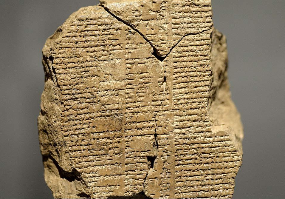 Tablilla con un fragmento en escritura cuneiforme del poema épico de Gilgamesh, datado entre el 2003 a. C. y el 1595 a. C. (Wikimedia Commons)