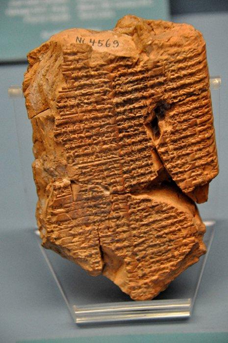 """En esta tablilla cuneiforme de terracota está escrito el mito de """"Inanna prefiere al labrador."""" En este mito, Enkimdu (dios de la agricultura) y Dumuzi (dios del pastoreo y la vegetación) intentan ganarse la mano de la diosa Inanna. (CC by SA)"""