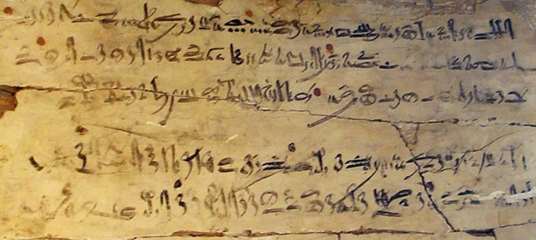 """Ejemplo de tablilla de ejercicio de un escriba con texto hierático. Madera. Dinastía XVIII, reinado de Amenhotep I, 1514 a. C. – 1493 a. C. El texto es un fragmento de 'Las instrucciones de Amenemhat' (Dinastía XII), y en él se puede leer: """"Mantente en guardia contra todos tus subordinados. No confíes en hermano ni en amigo, ni hagas amistades."""" (David Liam Moran/CC BY SA 3.0)"""