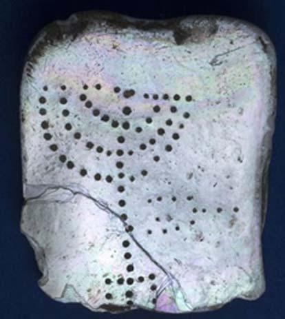 Según los expertos, la tablilla de madreperla con la imagen incisa de una menorah hallada en el antiguo puerto de Cesarea es prueba de la presencia judía en la zona en el siglo IV o V d. C. (Clara Amit/Autoridad de Antigüedades de Israel)